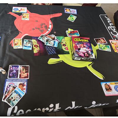 """Au centre de la table, le plateau Innoncent/Coupable, en bas à gauche zone de jeu Kelingah avec deux lieux joués """"publiquement"""" et les 3 cartes en main (qui ne sont pas visibles des autres joueurs)"""