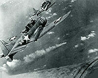 520px-SBD-3_Dauntless_bombers_of_VS-8_over_the_burning_Japanese_cruiser_Mikuma_on_6_June_1942-ok
