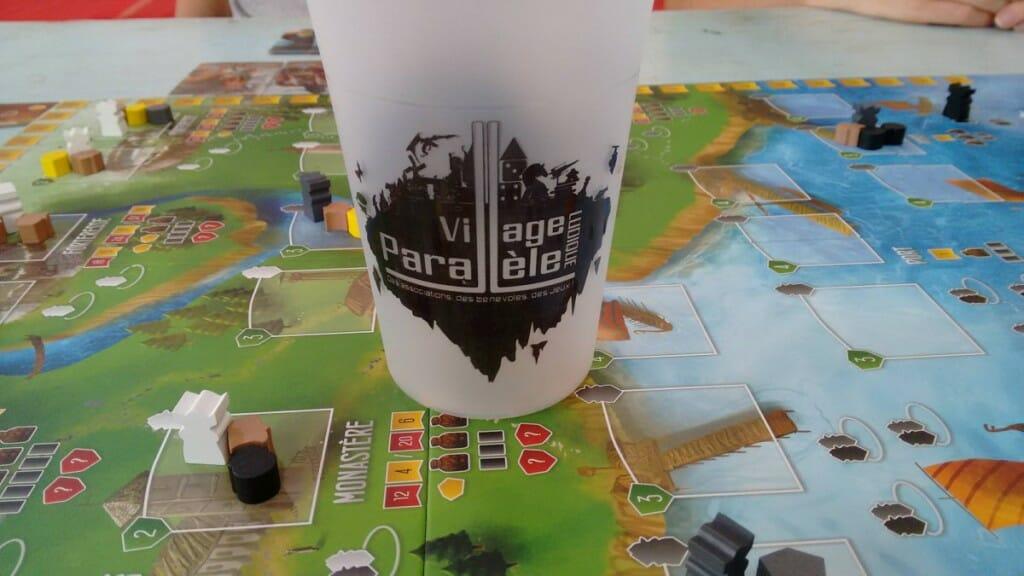 Le Village Parallèle  Ludique a son propre gobelet