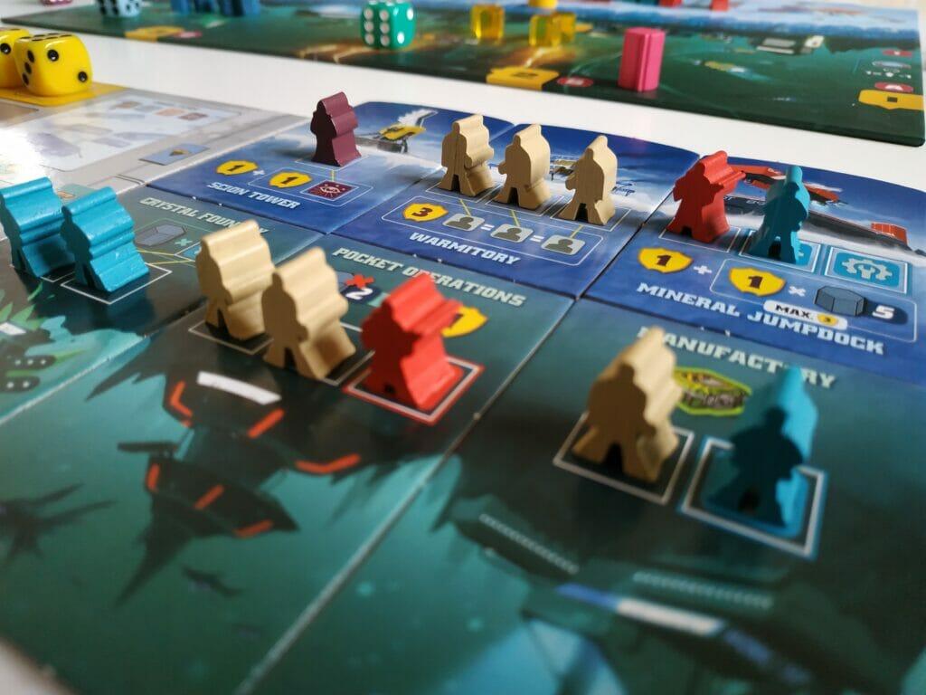 Les bâtiments des trois premières manches apportent principalement des ressources, tandis que ceux de surface (3 dernières manches) ne rapportent que des points de victoire...à condition d'avoir utilisé les bons colonistes !