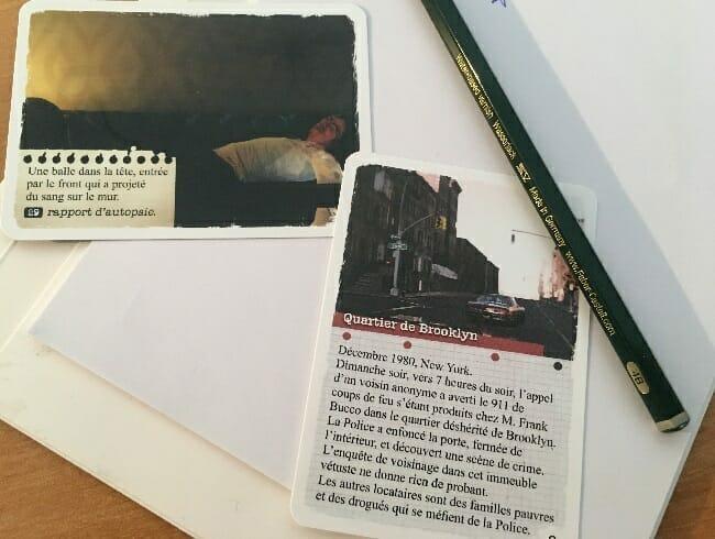 Le briefing et une des toutes premières cartes que vous retournez – celle du corps trônant dans l'appartement.