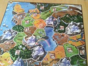 Un zoom sur la plateau en début de partie. Le jeu fourni quatre plateau différent, un pour chaque nombre de joueurs. Comme ça on manque toujours de place juste comme il faut.