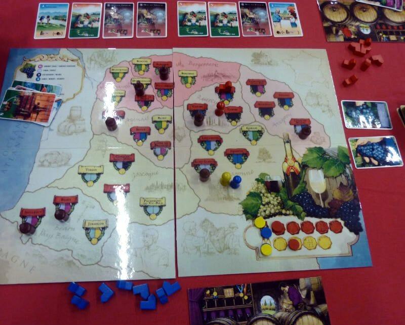 la carte du jeu avec les vins médaillés., tout en haut vous voyez les cartes actions disponible.