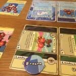 """Mon adversaire bloque mon Canard musicien, très utile parce qu'il me permet de piocher des cartes gratuitement. Les jetons """"Frozen"""" sont essentiels à sa victoire. Ils permettent de bloquer les créatures posées sur les lieux, et de me forcer à jeter des cartes pour les enlever et réactiver mes créatures."""