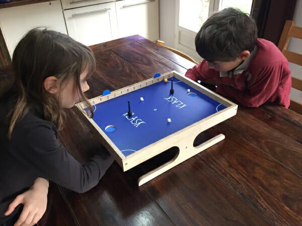 Un jeu accessible à tous : Les enfants en plein action.