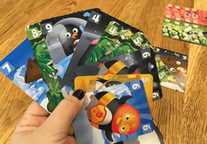 manchots-barjots-(3)-main-de-cartes